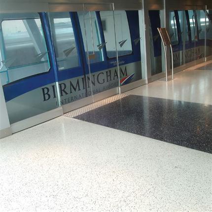 Terrazzobeläggning på flygplats, golvbeläggning med granitfiller