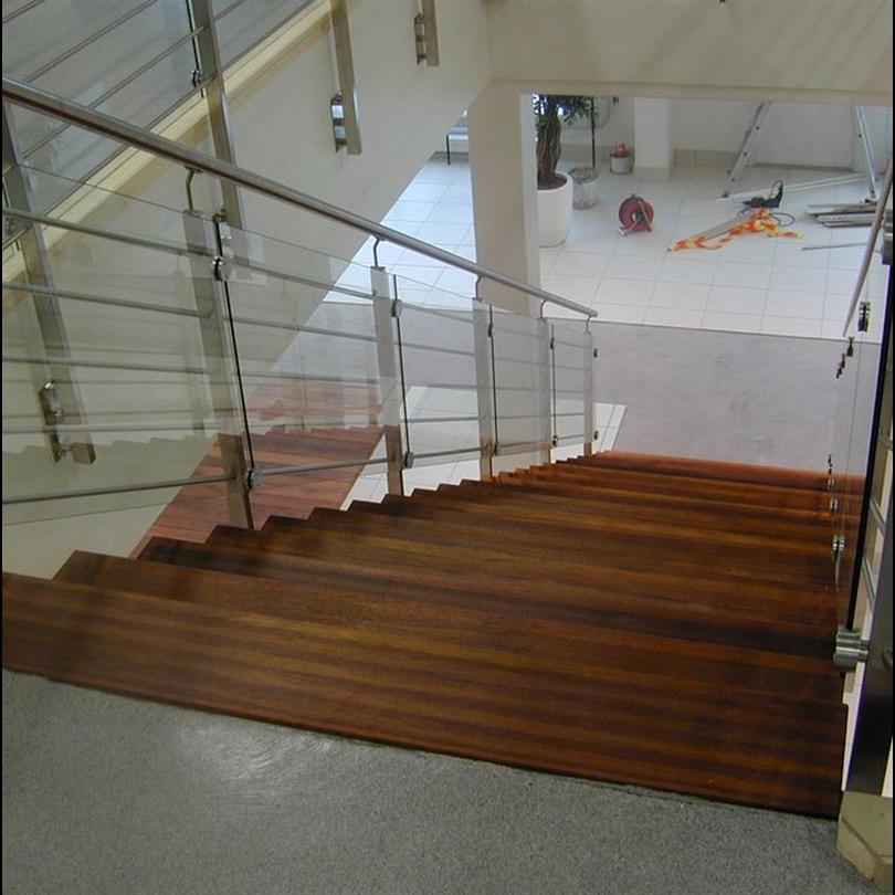 Rak trappa ek stål och glasräcke
