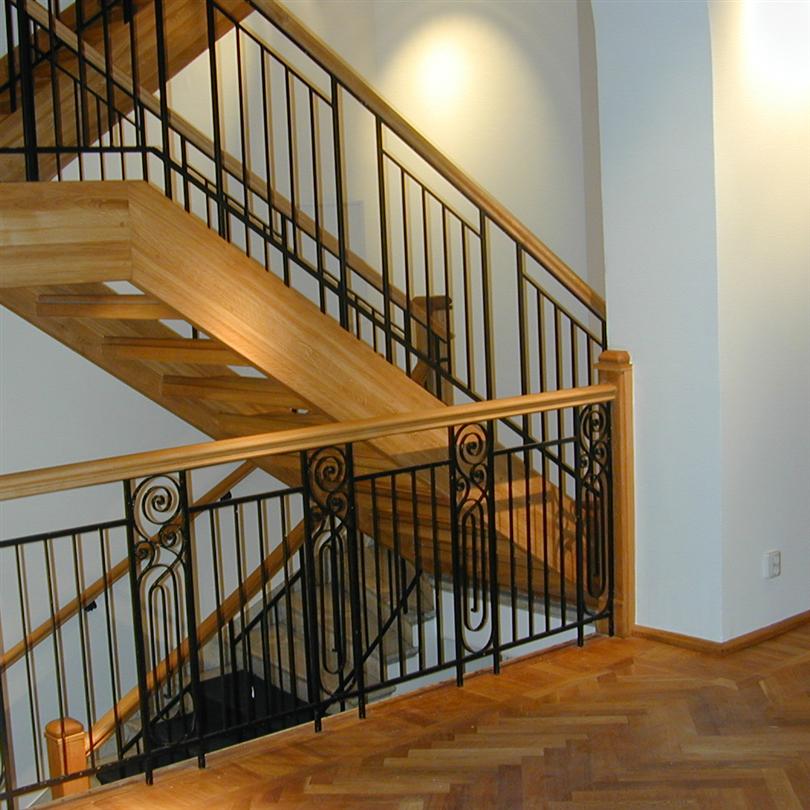 Trapptradition 3/4 svängd trappa i ek med smidesräcken /R3