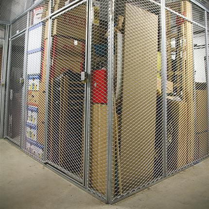 Förråd med väggelement, dörrar av sträckmetall, självbärande ram, förrådsinredning