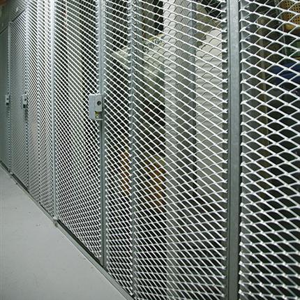 Förråd med dörrar av sträckmetall, förrådsinredning