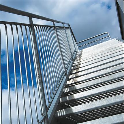 Trappa av stål, steg av gallerdurk, vangar och räcken av rör, flyttbar trappa