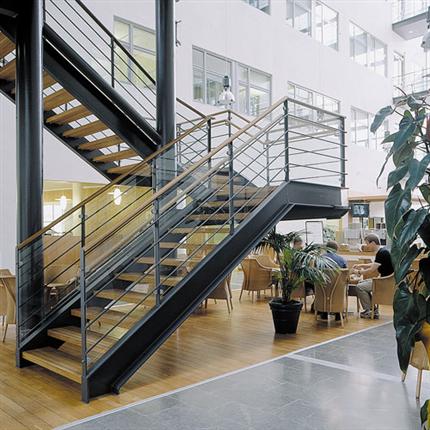 Rak trappa inomhus av stål, trästeg, anpassningsbara trappor