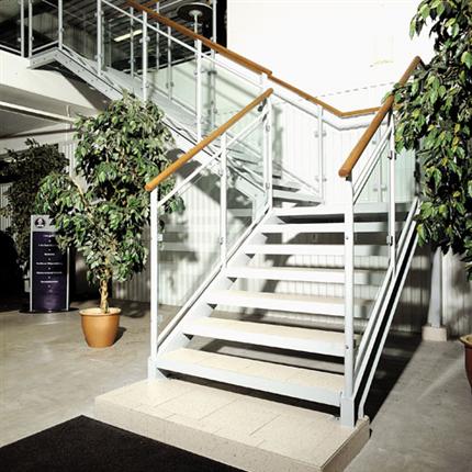 Vit rak trappa av stål, med trä räcken