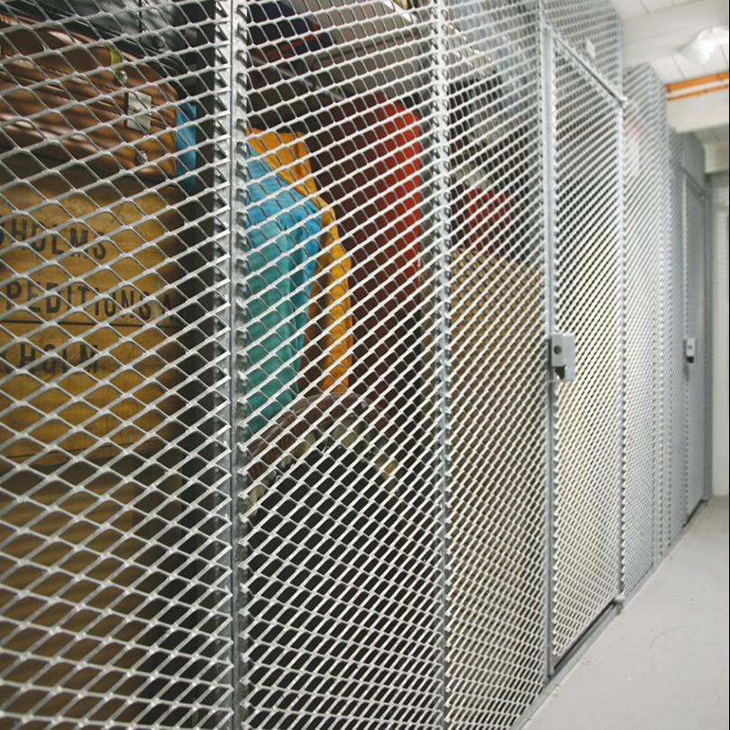 Förrådsinredning av sträckmetall, med väggelement