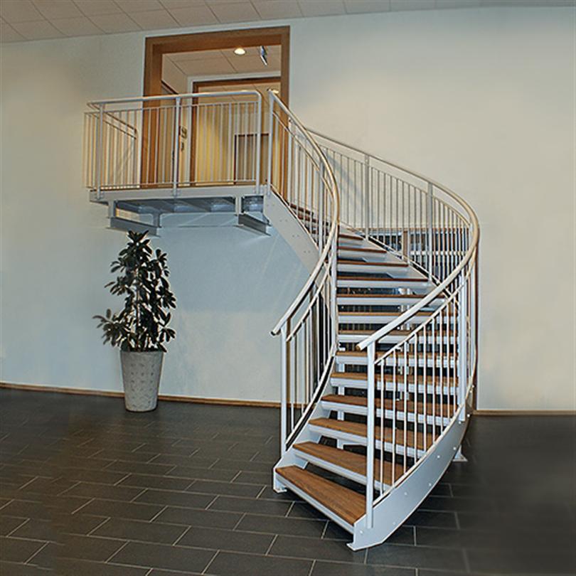 Vindeltrappa med inner-och yttervangstycke, inomhus