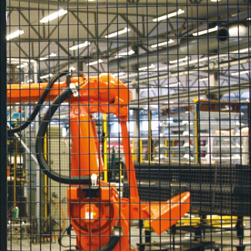 Maskinskydd för att minska olycksrisken, med väggelement av pressvetsat nät