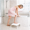 Etac Stapel hygienpall framför badkar