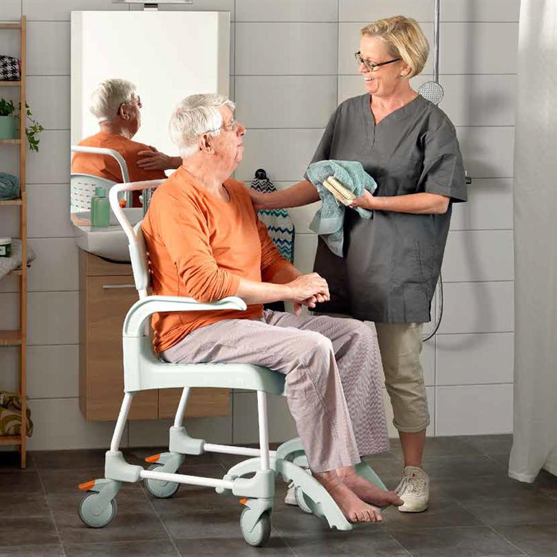 mobil duschstol och toalettstol, grön, enklare intimhygien, bekväm, trygg, enekl användning, utrusting för funktionsnedsatta, höjdreglerbar