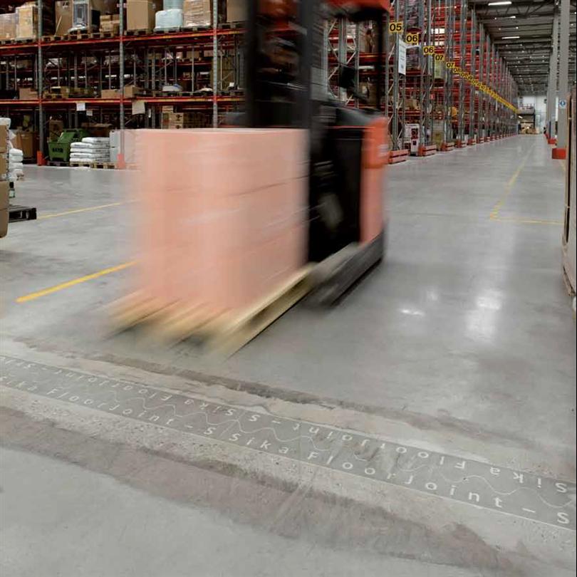 Sika FloorJoint fogpaneler i lagerlokal