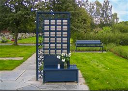 Minnestavlan på kyrkogård