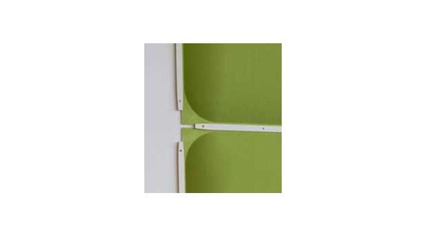 Välvd absorbent för tak eller vägg