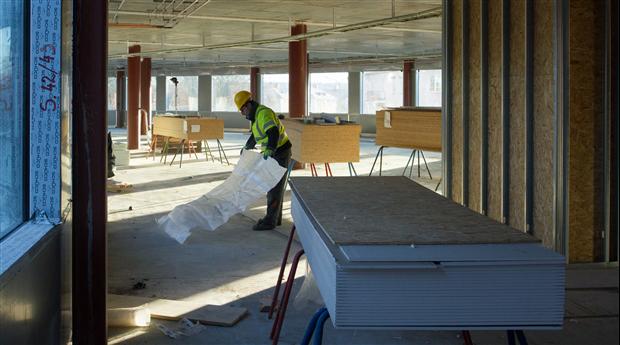 Ombyggnader får stryka på foten när personalen tryter. FOTO Anders Wester