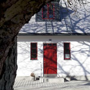 En gammal eller dålig ytterdörr innebär kallras.