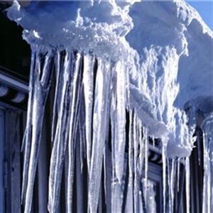 Snö och is på tak