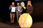 Johanna Söderström tar emot Nordbyggs guldmedalj 2018. Foto: Frida Backjanis