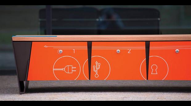Parkbänk med låsbar förvaring och laddning