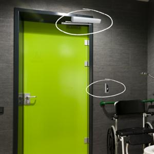 Next Touchless WC är ett nytt system för beröringsfri öppning och låsning av toalettdörrar som ger en ökad tillgänglighet och hygienisk passage. Dörröppnaren och låset aktiveras med en enkel handrörelse vilket förhindrar att många olika människor rör vid samma handtag.