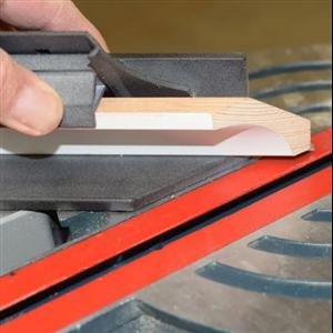 Listjiggen är ett verktyg som är avsett för att göra det enklare att gersåga taklister i 45º för både innerhörn och ytterhörn.