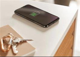 Trådlös mobilladdare i köksbänken
