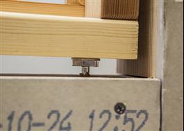 Nivåskruven används som justerbart underlägg till fönsterkarmen