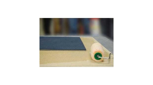 Snabbtorkande lim för golvplattor