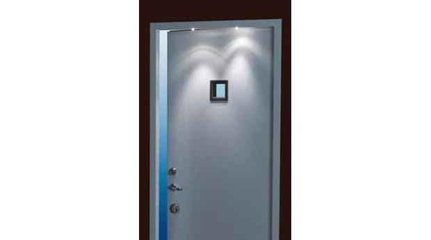 Automatisk entrébelysning i dörrkarmen