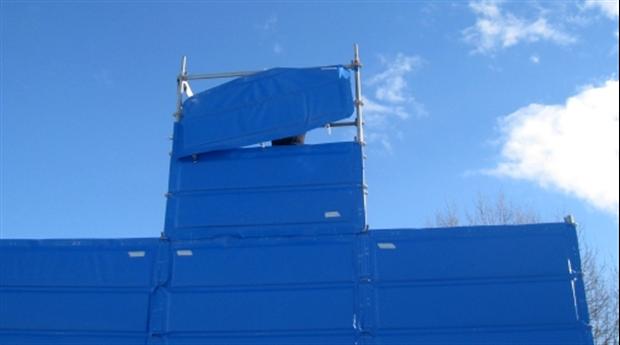 Kombinerat fallskydd, väderskydd och bullerskydd